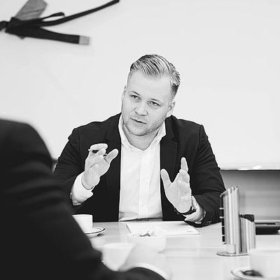 Monty Jensen, <p>Geschäftsführender Gesellschafter<br /> Geprüfter- und verbandsanerkannter Bausachverständiger (DGUSV)<br /> Gutachter für Schäden an Gebäuden und Wertermittlung von Immobilien (DESAG)</p>